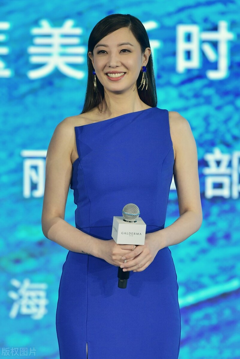 郑希怡亮相,一袭蓝裙子,太显女人味了