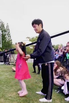 秦昊带女儿看伊能静演出,小米粒长得像奶奶!符四岁孩子养育要点