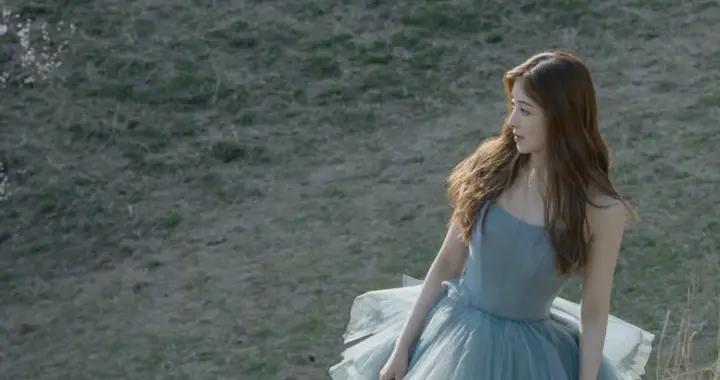张含韵五一新疆大片,淡蓝色网纱大裙摆奔跑在草原上,新娘即视感