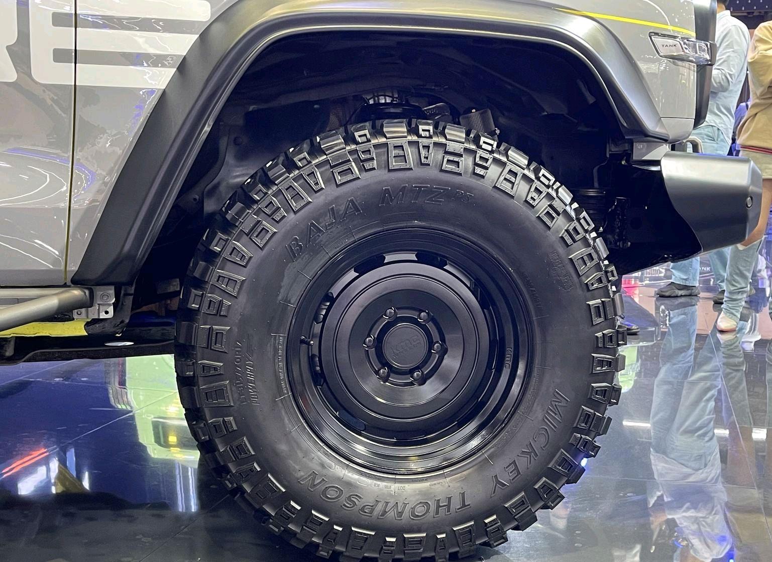 改装版坦克300实拍,双色车身+全地形胎,越野套件加持,真霸气!