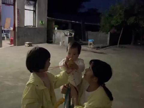 婷婷和优优天黑才回家,玥玥在家一天哭闹吗?优优给妹妹玩葫芦