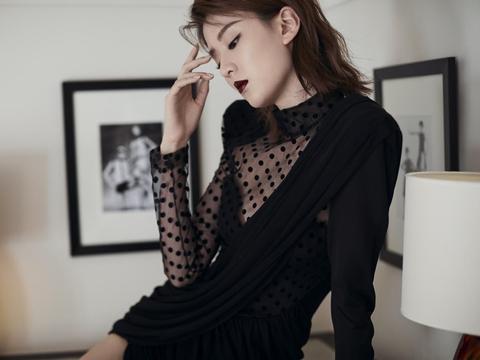 乔欣还挺适合魅惑风格的,一身薄纱黑裙,挡住的地方更有女人味