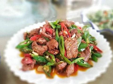美食优选:牛肉炒辣椒,蚝油鱼片,青笋炒肉丝,洋葱辣子肥肠