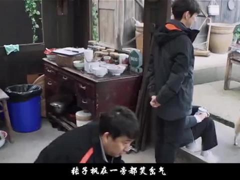 黄磊问彭昱畅:女朋友准你接吻戏吗?彭昱畅的回答,张子枫笑岔气