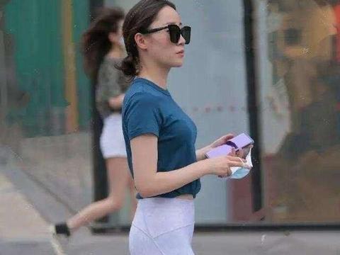 肤如凝脂的打底裤美女,简单得体的款式下,仪态典雅