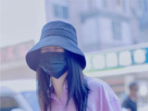 傅菁最新私服,紫色缎面衬衫配牛仔短裤玩转炫彩穿搭,比例优越