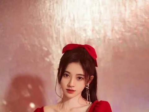 """鞠婧祎的脸真能抗镜头,配洋气的方领裙扮""""在逃公主"""",真时髦啊"""