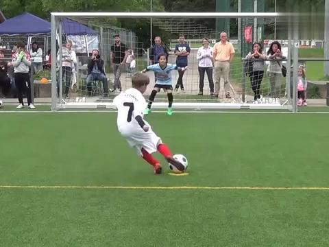 英国小学4年级的点球大战,少年版梅西射入绝杀球