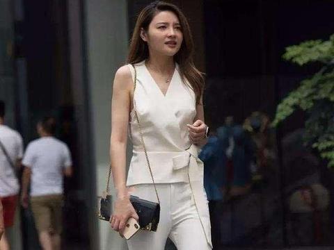 白色背心搭配白色打底裤,高腰设计,整体比例更好看