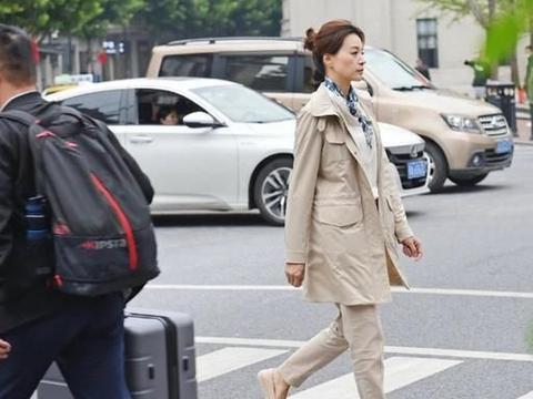 董卿真是个时尚人,穿风衣布鞋在大街上凹造型,朴素低调却很高级