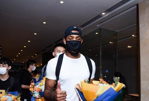 广东大外援汤普森只打了9场球,他能从广东男篮拿走多少钱?