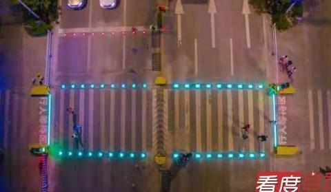 """荣县首条""""会发光的斑马线""""亮相 行人可""""请求式""""过马路"""