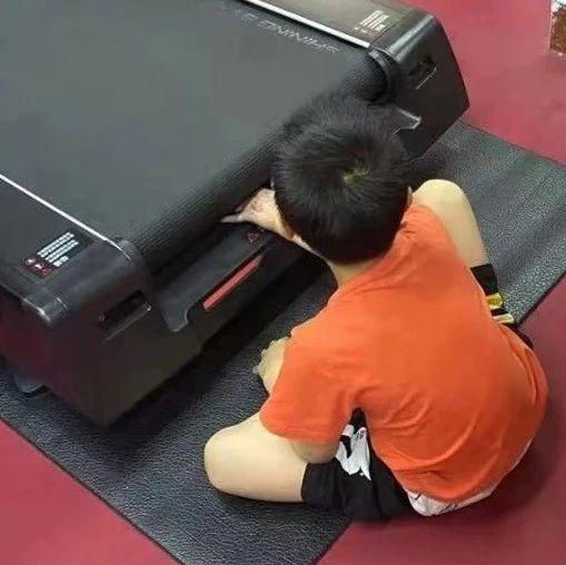 小男孩手卡进健身房跑步机传送带,幸亏……