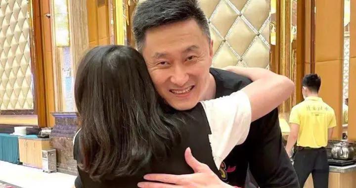 广东庆功宴照片:现场相当豪华,杜锋深拥女粉丝,满头白发惹人怜