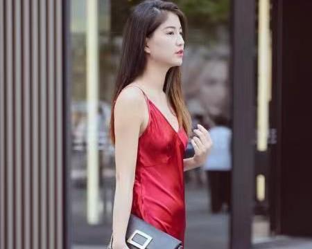 """美女挑战""""氛围感""""穿搭,红色礼服裙很时尚,这就是女主角光环吧"""