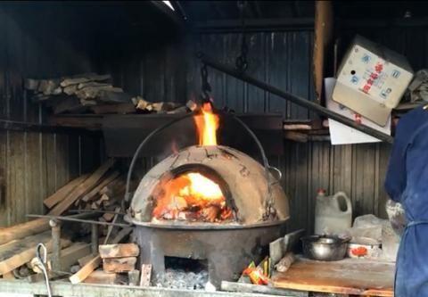 天津大爷路边纯手工做烧饼20年,3元一个有菜有肉,别处吃不到