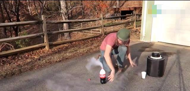 小伙将液氮倒入可乐中,倒过来的一瞬间让人目瞪口呆!