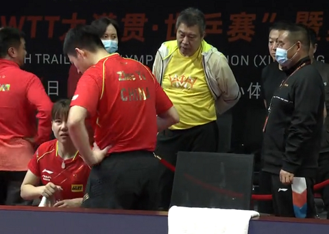 23岁国乒世界冠军打疯了,受伤摔倒在地,救赛点逆转进决赛