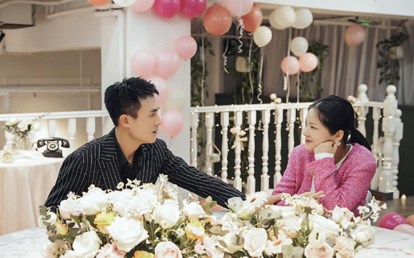 杜淳下跪向王灿惊喜求婚,为对方戴钻戒后甜蜜接吻,堪比偶像剧