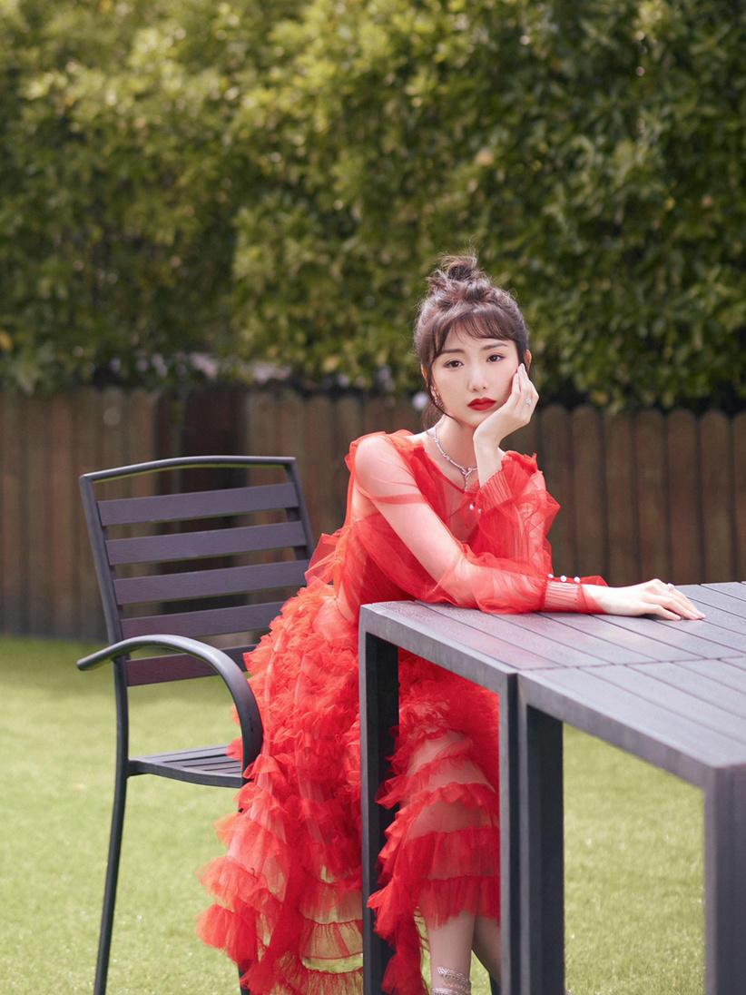 """毛晓彤""""翻红""""后就是敢穿,红色轻纱连衣裙精致秀气,真有公主范"""