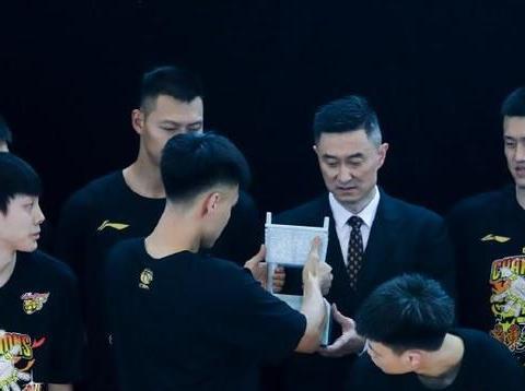 杜锋从万人骂到最佳主教练,杨鸣追随他的脚步没毛病