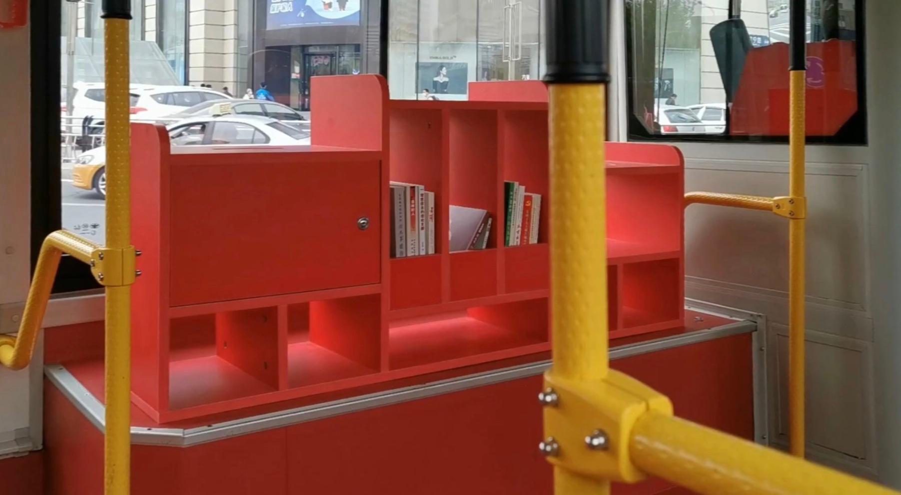 转自网友:长春362路公交车,在原有的三个座位上设置书架……