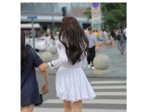 纯白的礼服给小仙女带来既视感,黄色束脚鞋让脚型更加完美