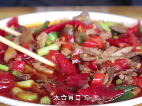 在重庆饭店吃泡椒猪肝腰花,小菜免费再灌1瓶酒,爆辣冒汗贼过瘾