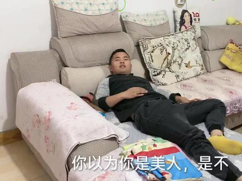 农村小伙在家睡懒觉,好心说他还顶嘴,媳妇:只能家法伺候了