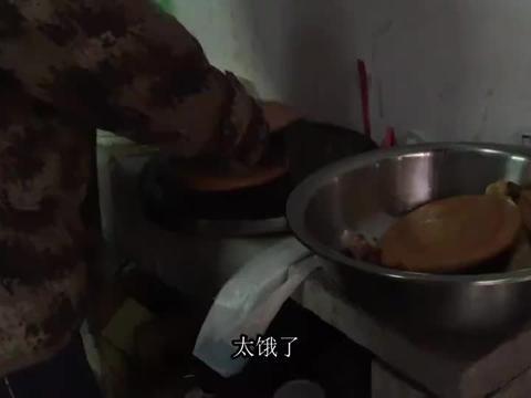 桂林农村办酒席,请大厨师来炸特色小吃,小孩子嘴馋吃到打嗝