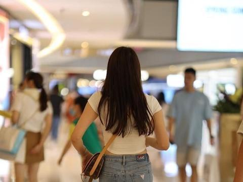 白色性感短袖搭配蓝色性感打底裤,收腰纤细,雅致小家碧玉