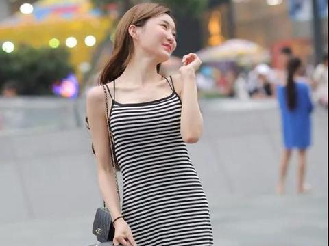 黑白条纹连衣裙显得温柔,打造优雅风格,可爱迷人