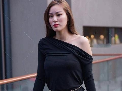 时髦的斜肩上衣,不仅凸显自信,更展示出独特的气质