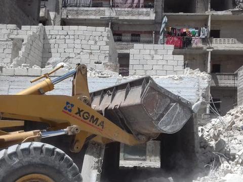 叙利亚重建:大城市阿勒颇清理碎片拆危房,工人师傅很繁忙