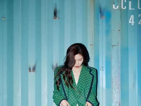 宋妍霏穿绿色套装搭配复古耳饰,简约大气
