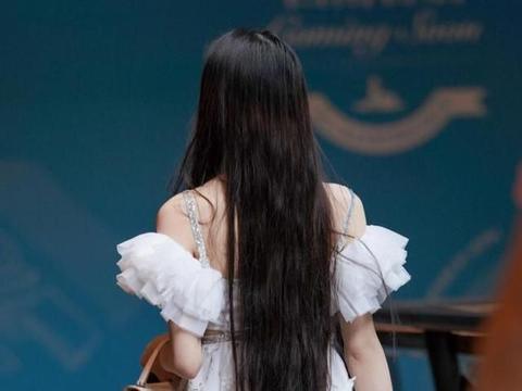 美女穿着白色印花吊带裙,搭配坡跟凉鞋,高挑轻盈有气质