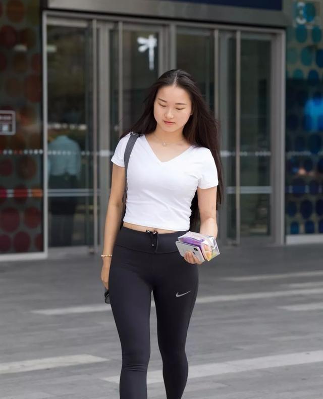 简单方便的瑜伽裤装扮更加立体显瘦,显得身材妩媚动人,气质突出