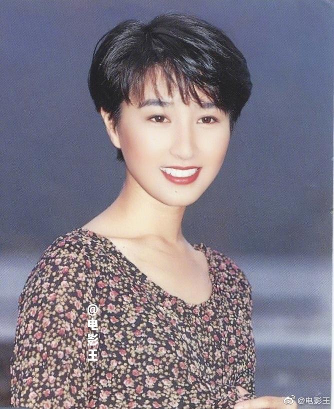 1993年初入tvb拍《开心华之里》时剪过一段时间的短发……