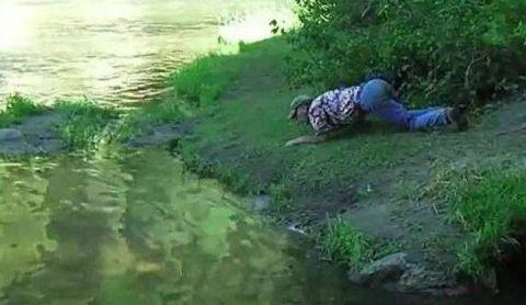 男子河边散步发现有异样,掏出猎刀伺机而动,结果令他开怀大笑