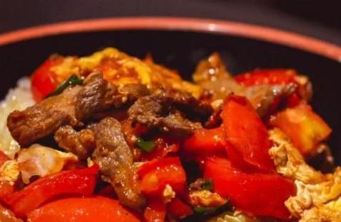 用糯米粉做的叫实心汤圆,用完整的糯米,经过捶打出来的才是糍粑