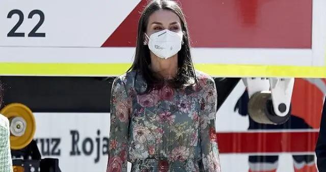 48岁西班牙王后做演讲,薄纱花朵裙显成熟大气,50欧高街品反复穿