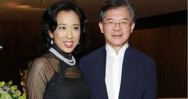 朱玲玲与二婚老公合影好会穿,穿薄纱裙配珍珠项链,微肉身材真美