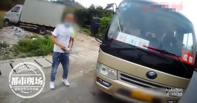 """客车车门关不上,司机竟用胶带来""""交代"""",车上还有十多名乘客"""