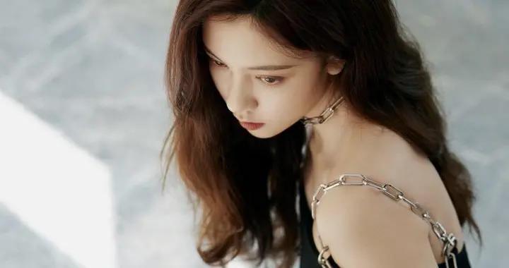 宋妍霏最新造型,一袭性感黑色连衣裙配金属链条肩带,不潮不出街