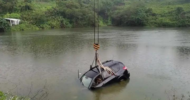 女子驾车不慎冲进鱼塘,广西两村民用胶带成功救人