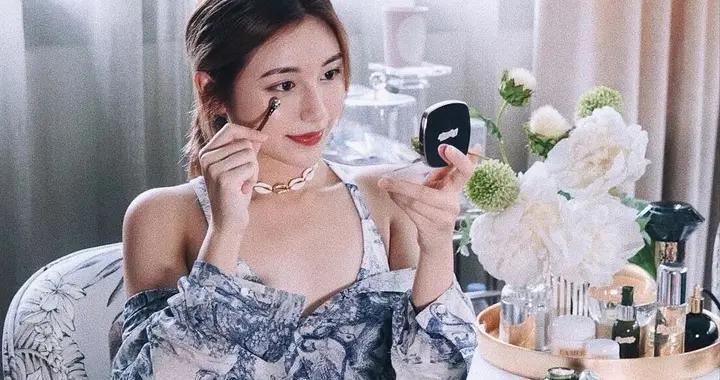 新加坡富婆之女才是白富美模板,穿衣搭配酷似明星,身材不输杨颖