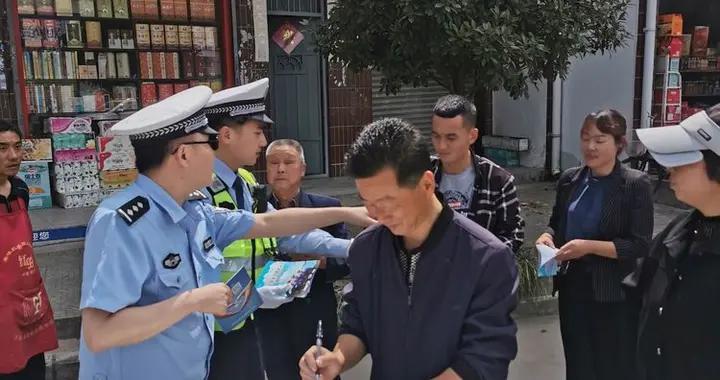 """汉中交警一大队深入农村开展""""遵规守法 安全骑行""""主题宣传劝导活动"""