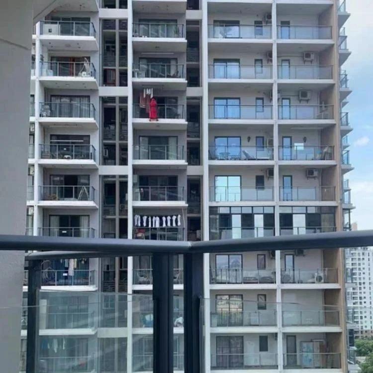 红衣女子在高楼阳台外跳舞坠楼 警方回应:房间留有遗书