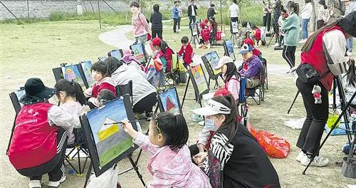 小朋友们在陈家大院内绘画写生