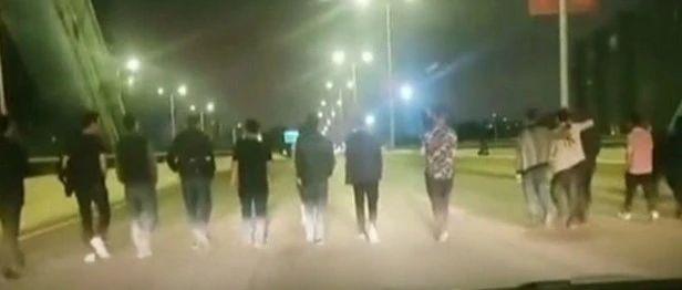 广西十几人压马路堵桥事件最新通报:多个单位及责任人因欠薪被处罚【930新闻眼】